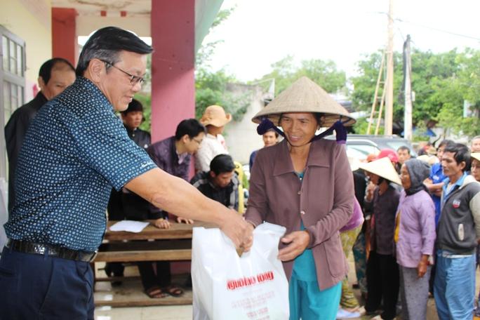 Niềm vui khi được nhận quà cứu trợ