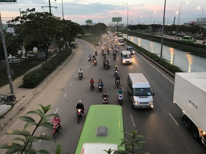 Quốc lộ 1, đoạn qua huyện Bình Chánh (hướng về các tỉnh miền Tây) khá thông thoáng trong chiều tối cùng ngày
