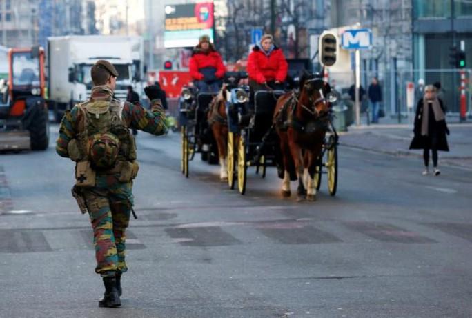 Một binh sĩ Bỉ tuần tra trên đường phố ở thủ đô Brussels hôm 30-12. Ảnh: REUTERS