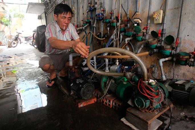 Anh Thái (sống ở tầng trệt) đang sửa chữa lại đường nước cho máy bơm