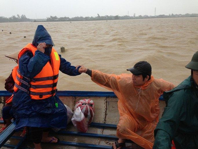 Thai phụ Vũ Thị Việt Trinh được đưa đi sinh bằng ca nô Ảnh: TRẦN THƯỜNG