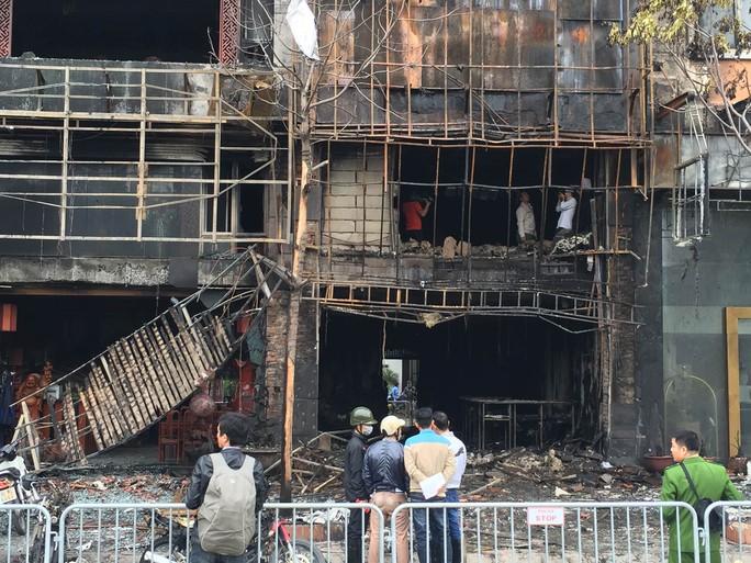 Cơ quan chức năng điều tra hiện trường vụ cháy ở quán karaoke 68 (quận Cầu Giấy, Hà Nội). Ảnh: NGUYỄN HƯỞNG