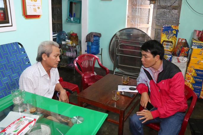 """Ông Bùi Văn Toàn (bên trái) xin từ chức chủ tịch xã vì thấy mình """"không hoàn thành nhiệm vụ, mất uy tín với dân"""""""
