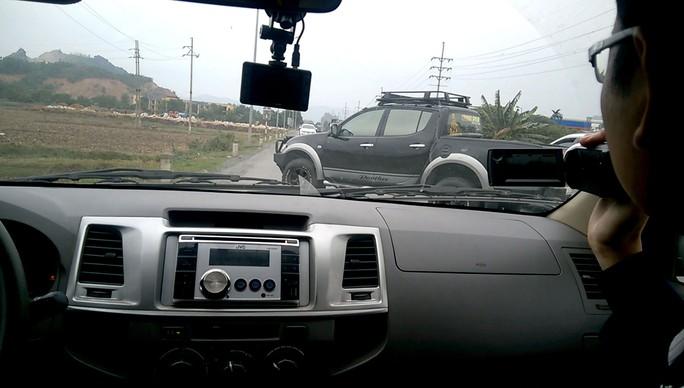 Lực lượng chức năng bị các xe bảo kê cản trở