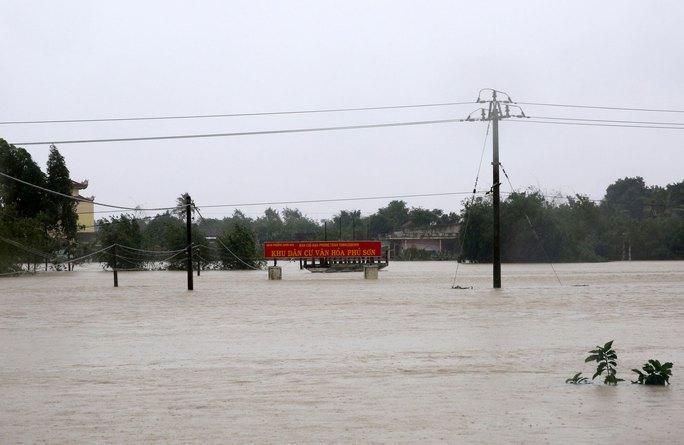 Nước lũ dâng cao ở Bình Định Ảnh: XUÂN CHI