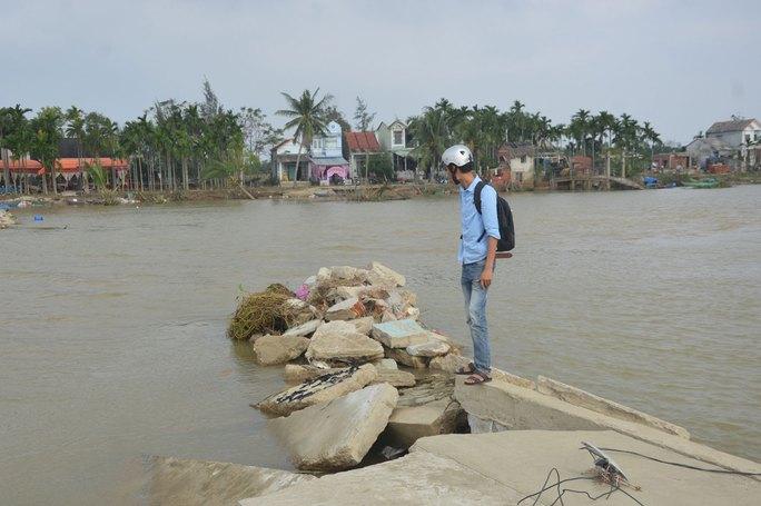 Người nhà dùng võng cáng bà Hồ Thị Xuân đi cấp cứu (ảnh trên) và người dân thôn Đông Bình lâm vào cảnh không đường, không nước sạch sau lũ Ảnh: HOÀNG THẮNG - VĨNH QUYÊN
