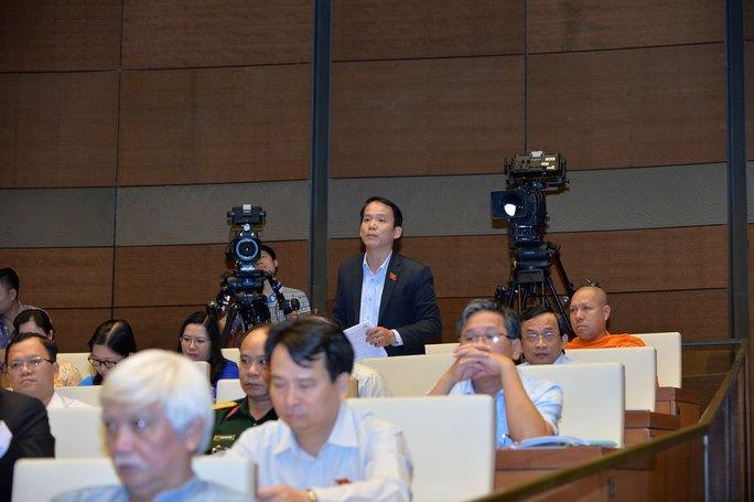 Đại biểu Hoàng Thanh Tùng (Sóc Trăng) chất vấn Bộ trưởng Trần Hồng Hà về vấn đề doanh nghiệp gây ô nhiễm sông Hậu. Ảnh: NGUYỄN NAM