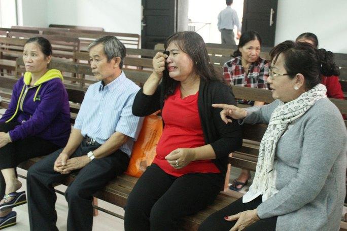 Bà Nguyễn Thị Hồng bật khóc tại tòa vì cho rằng bị chính quyền làm khó
