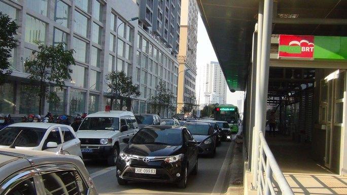 Nhiều phương tiện vô tư lấn làn của xe buýt nhanh. (Ảnh chụp ngày 29-12) Ảnh: NGUYỄN HƯỞNG