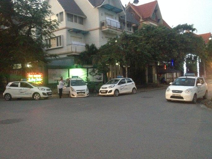 Quy định phải nghỉ ngơi sau khi lái xe liên tục 4 giờ làm nhiều tài xế taxi khó hành nghề Ảnh: NGUYỄN HƯỞNG