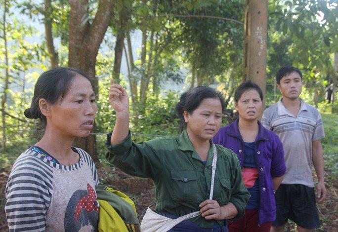 4 người dân thoát chết trên đường trở về nhà ở xã Châu Nga, huyện Quỳ Châu, tỉnh Nghệ An Ảnh: ĐỨC NGỌC