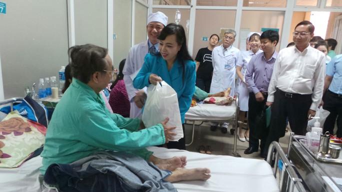 Bộ trưởng Bộ Y tế Nguyễn Thị Kim Tiến tặng quà cho bệnh nhân ở Bệnh viện Nhân dân 115