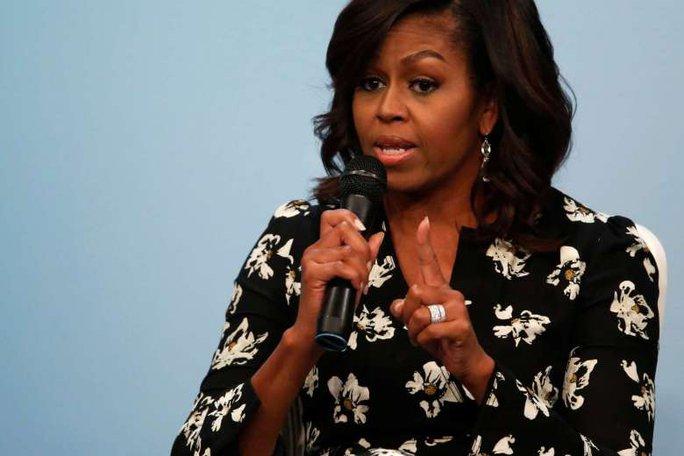 Bà Michelle Obama bị ví là vượn mang giày cao gót. Ảnh: REUTERS