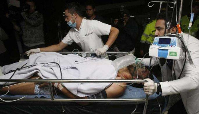 Một nạn nhân vụ rơi máy bay được đưa đi cấp cứu