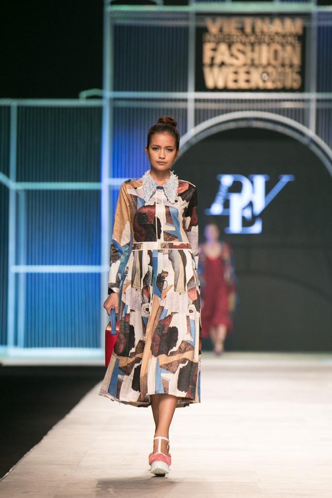 Mẫu váy dù đơn giản vẫn thu hút bởi họa tiết