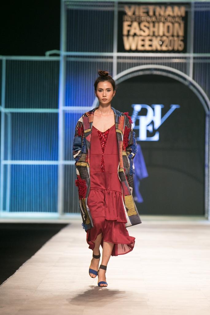 Áo khoác họa tiết giúp mẫu váy đơn giản thêm thu hút
