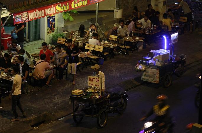 Hình ảnh lấn chiếm vỉa hè tràn lan dễ dàng bắt gặp trên đường Phạm Văn Đồng trước đây.