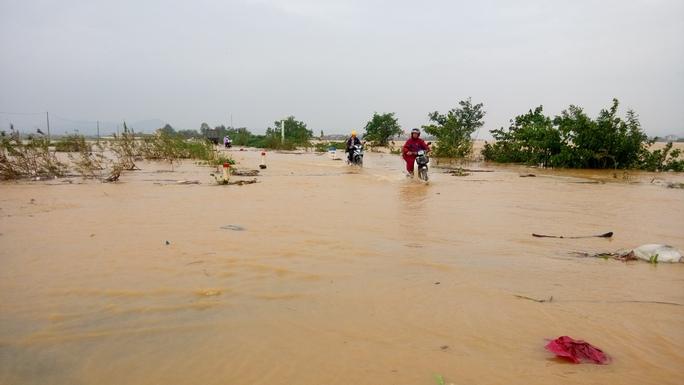 Tuyến đường sang xã Quảng Lộc, Quảng Trung, Quảng Tân bị ngập (ảnh Minh Tuấn)
