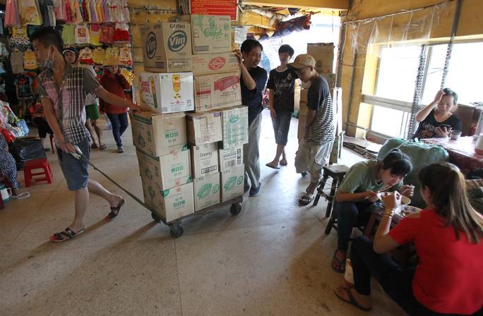 Từng thùng đồ được tiểu thương đóng vào sẵn để dễ vận chuyển