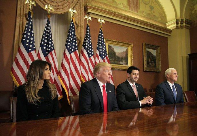 """Vợ chồng ông Trump cùng Chủ tịch Hạ viện Mỹ Paul Ryan, """"phó tướng"""" Mike Pence tại Điện Capitol hôm 10-11 Ảnh: REUTERS"""