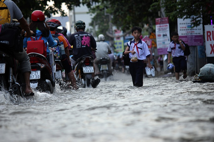 Lê Văn Lương là một trong những tuyến đường ngập nước nặng nhất, đặc biệt là tại các đoạn thuộc xã Phước Kiển, Nhơn Đức.