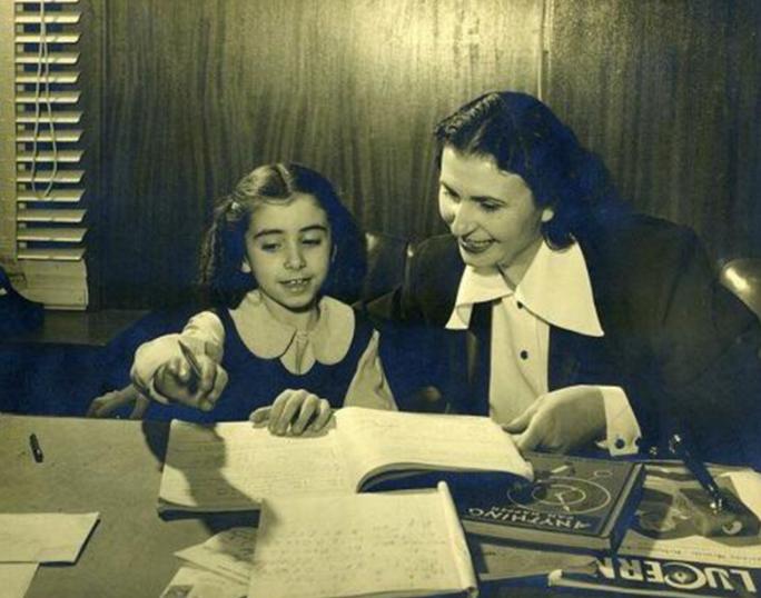Mẹ của Nancy Pelosi (trái) từng muốn con gái trở thành nữ tu...