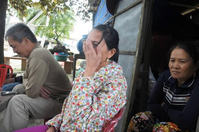 Chị Lê Thị Lanh, vợ ngư dân Võ Lai bật khóc chờ đợi tin tức từ chồng. Ảnh: T.Trực