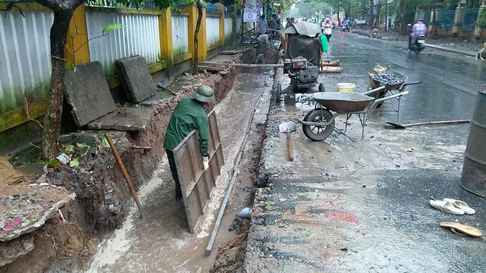 Dưới hào ngập nước nhưng công nhân vẫn cho đổ bê tông