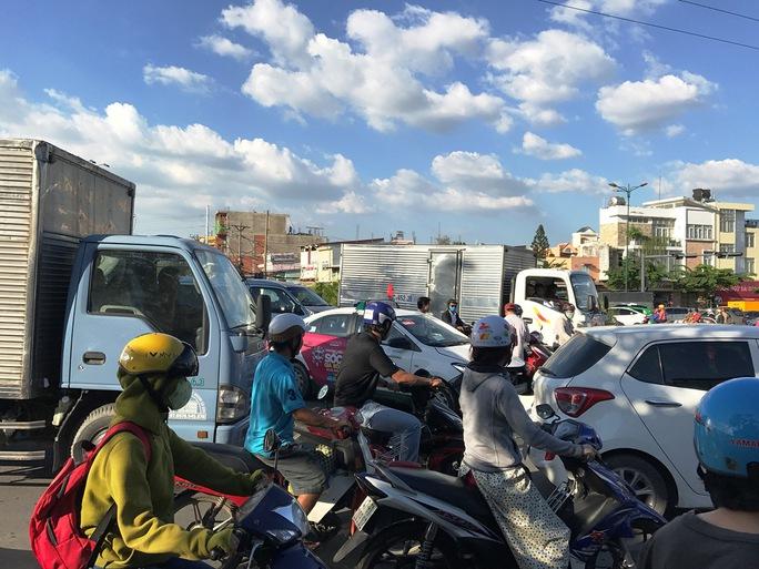 Nút giao thông trên rơi vào cảnh hỗn loạn khoảng 30 phút