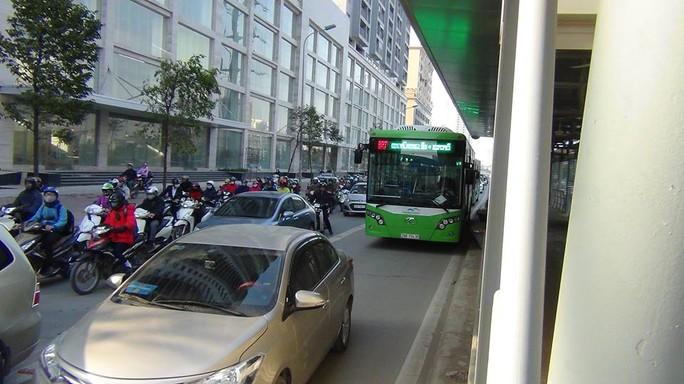 Chiếc xe buýt nhanh giữa vòng vây của phương tiện khác
