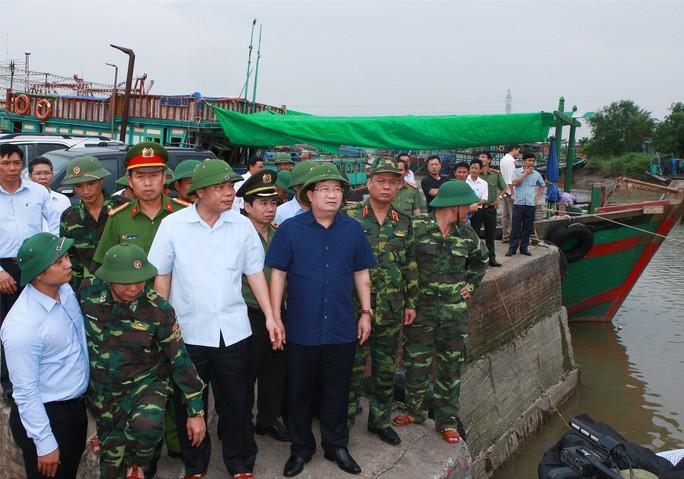Phó Thủ tướng Trịnh Đình Dũng (thứ tư từ trái sang) kiểm tra tại Hải Phòng Ảnh: TRỌNG ĐỨC