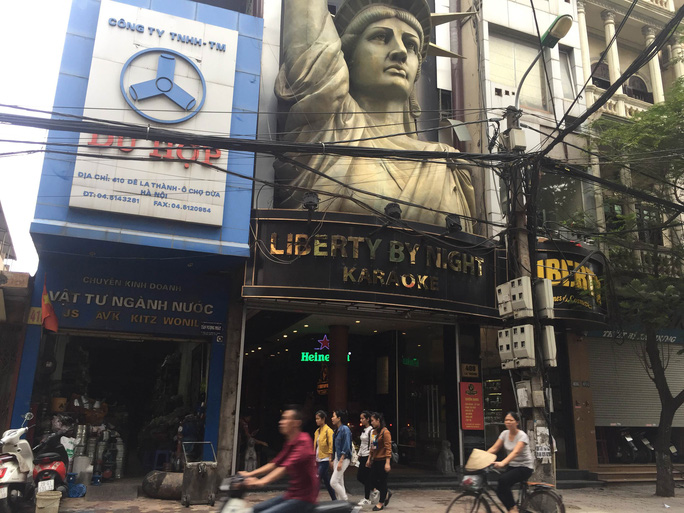 Nhiều quán karaoke sẽ gặp khó khăn nếu bị tạm dừng hoạt động. Trong ảnh: Một quán karaoke trên đường La Thành, quận Đống Đa, TP Hà Nội Ảnh: NGUYỄN HƯỞNG