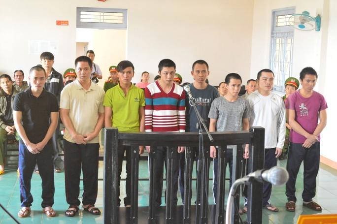 Tám bị cáo là bảo vệ của Công ty Long Sơn tại phiên tòa sơ thẩm ngày 15-11