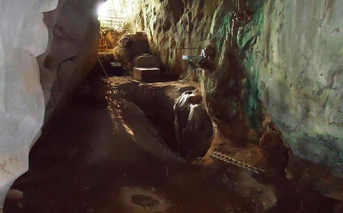 Phía trong hang Con Moong, nơi phát hiện nhiều dấu tích của con người cách nay 40.000-60.000 năm