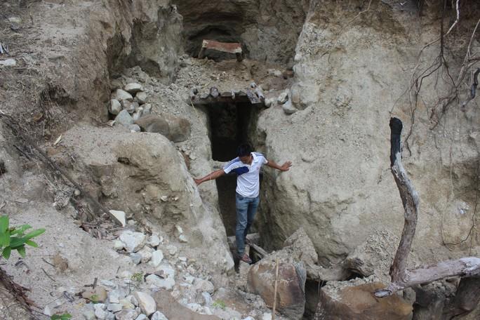 Những hang đào sâu vào lòng núi lấy quặng vàng vẫn còn mới nguyên