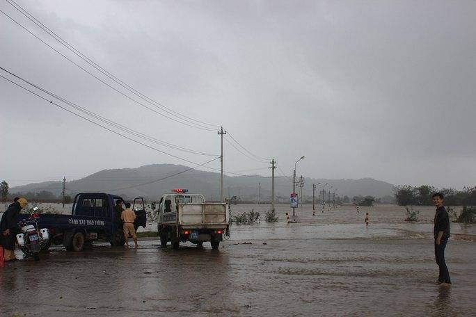 Tuyến đường huyết mạch của huyện Tuy Phước, tỉnh Bình Định chìm trong nước vào chiều 15-12 Ảnh: ANH TÚ