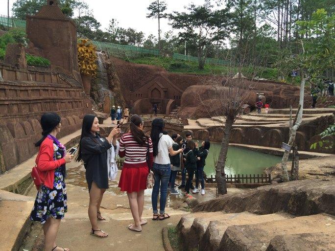Rất nhiều du khách đến thăm làng Đất Sét ở TP Đà Lạt, tỉnh Lâm Đồng Ảnh: HUY LAM