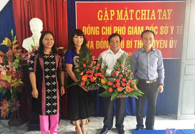 Ông Nguyễn Mạnh Hùng (bìa phải) tại buổi chia tay nguyên Bí thư Huyện ủy A Lưới (Ảnh từ Facebook của ông Hùng)