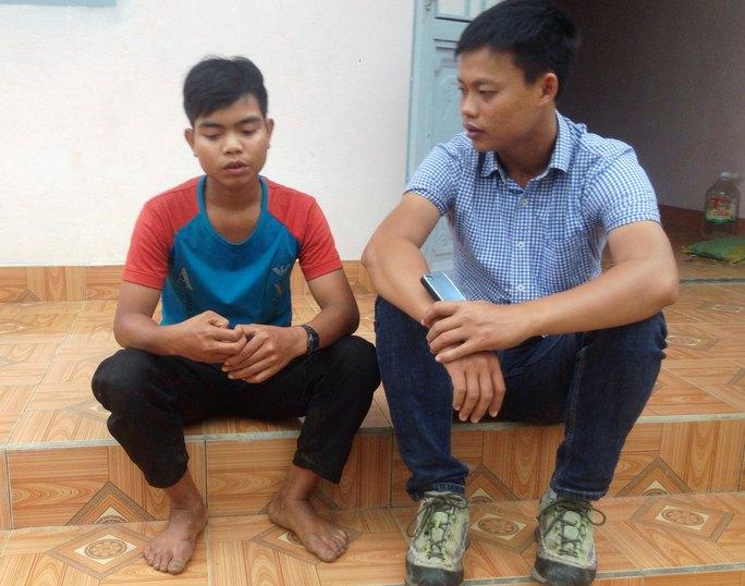 Đưng (trái) kể lại việc bị ăn chặn tiền hỗ trợ với phóng viên Ảnh: HOÀNG VĂN