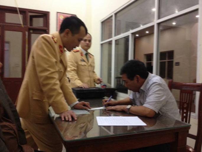 Tài xế Đinh Mạnh Hùng tại Công an quận Đống Đa, TP Hà Nội Ảnh: OTOFUN