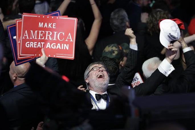 Một người đàn ông với khẩu hiệu mạnh mẽ của ông Trump: Đưa Nước Mỹ Vĩ Đại Trở Lại. Ảnh: AP