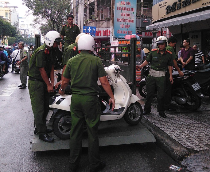 Hàng chục xe tay ga được đưa về trụ sở công an
