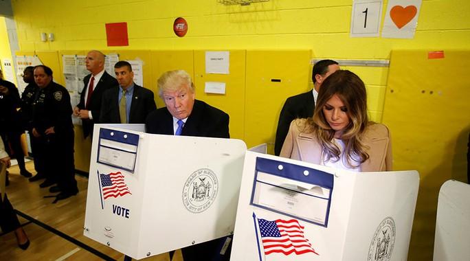Ông Trump và vợ đi bỏ phiếu sáng 8-11. Ảnh: Reuters