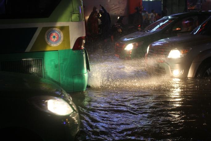 Nước bắn tung tóe phía sau ống xả của một chiếc xe buýt trên đường Nguyễn Xí (quận Bình Thạnh)