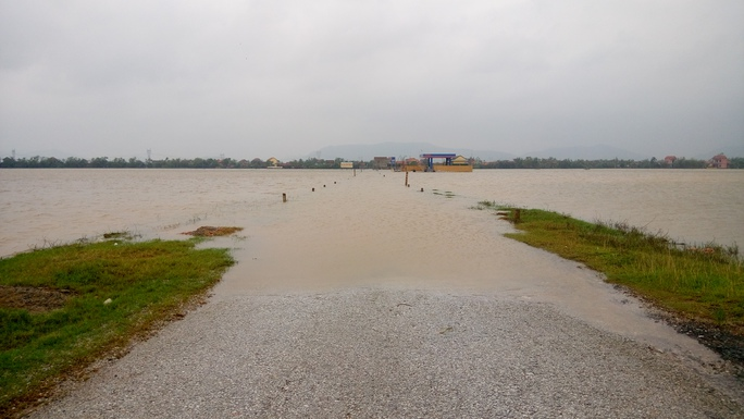 Tuyến đường độc đạo sang nhiều xã vùng Nam thị xã Ba Đồn bị ngập, nhiều làng mạc bị chia cắt (ảnh Minh Tuấn)