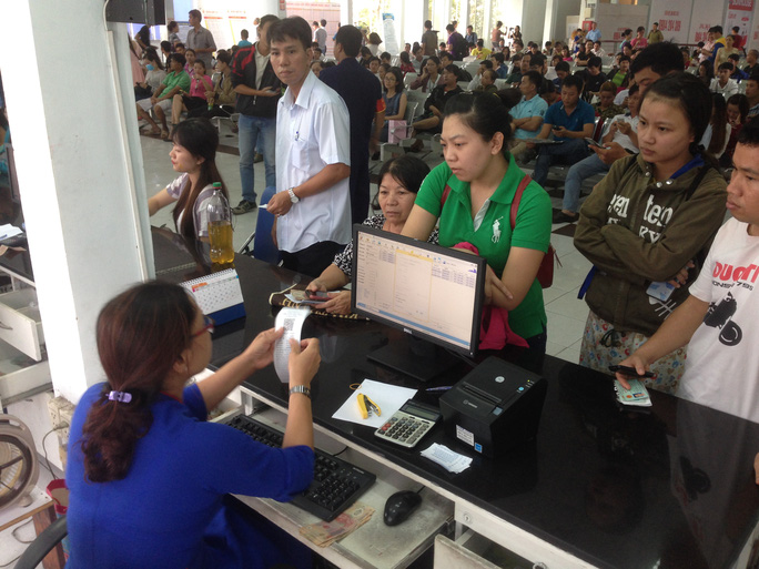 Hành khách mua vé tàu Tết Nguyên đán 2017 tại ga Sài Gòn (quận 3, TP HCM)