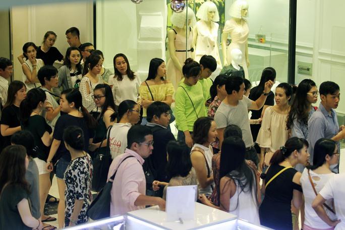 Dòng khách chờ đợi, xếp hàng dài chờ đợi đến lượt mua sắm
