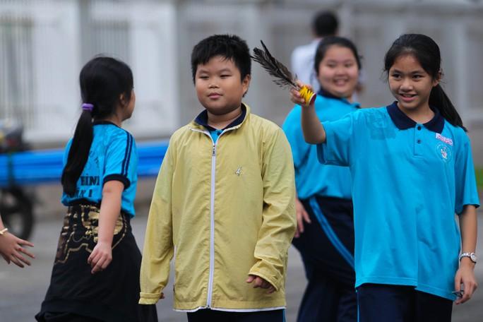 Một số học sinh phải mặc áo ấm đến trường nhưng các em tỏ ra dễ chịu vì trời dịu mát