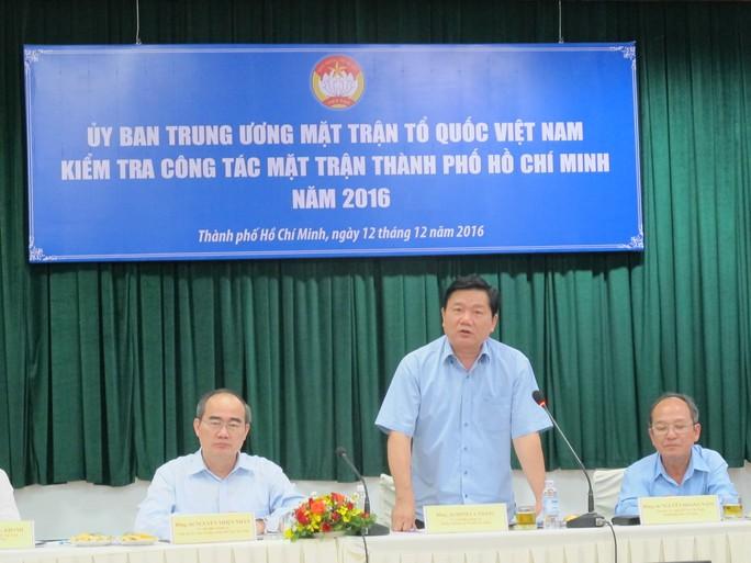 Ông Nguyễn Thiện Nhân (bìa trái) và ông Đinh La Thăng (giữa) tại buổi làm việc với Ủy ban MTTQ TP HCM. Ảnh: PHẠM DŨNG