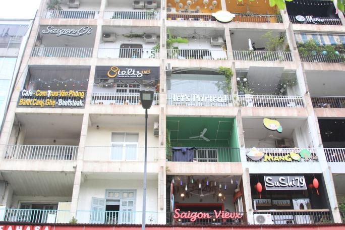 Các biển hiệu kinh doanh trưng dày đặc mặt tiền chung cư 42 Nguyễn Huệ. Ảnh: SỸ ĐÔNG